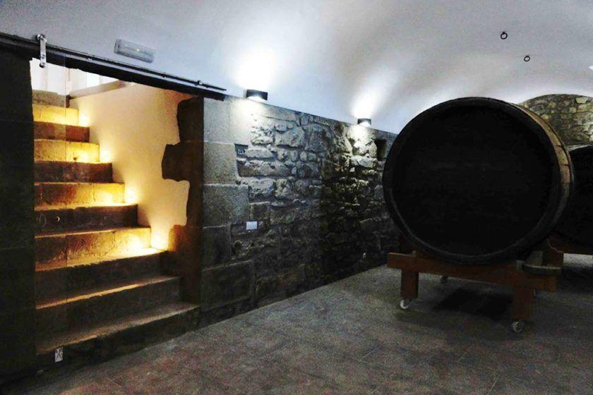 Barricas de vino centenarias en nuestra bodega en Casa Rural la Torra de Ribelles