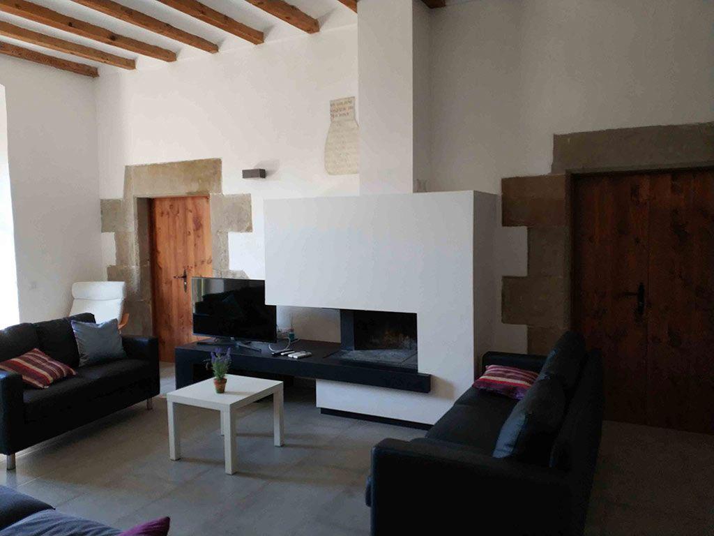 Salón con chimenea en planta Baja en Casa Rural la Torra de Ribelles