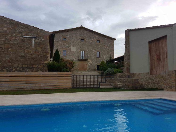 Vista general desde la piscina privada en Casa Rural la Torra de Ribelles