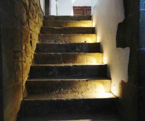 Acceso a la bodega de Casa Rural La Torra de Ribelles