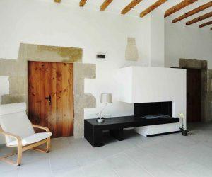 Chimenea central en sala de estar principal de Casa Rural la Torra de Ribelles